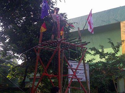 Demo ekskul Pramuka SMP N 8, atraksi semaphore yg dikirim dr menara pandang oleh Dimas (Kupeng)..